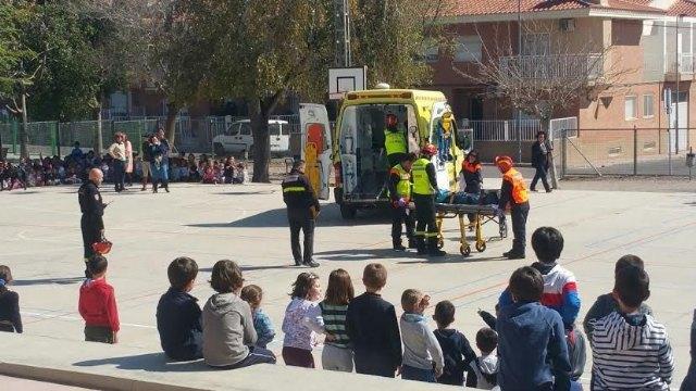 Alumnos del CEIP Tierno Galván participan en un simulacro de evacuación del edificio en caso de incendio, Foto 1