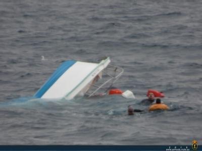 """El buque auxiliar """"Las Palmas"""" rescata a 3 personas frente a las costas de Mazarrón, Foto 1"""