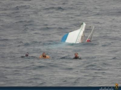 """El buque auxiliar """"Las Palmas"""" rescata a 3 personas frente a las costas de Mazarrón, Foto 2"""