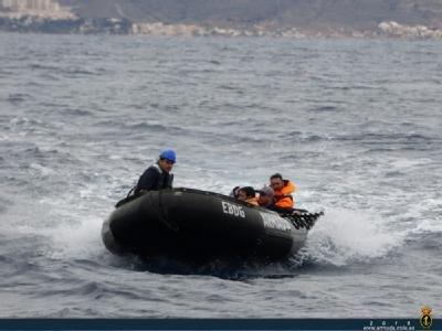 """El buque auxiliar """"Las Palmas"""" rescata a 3 personas frente a las costas de Mazarrón, Foto 3"""