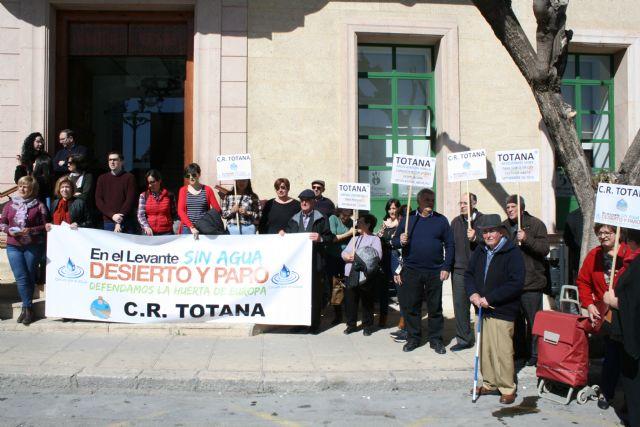 Cerca de 300 personas se concentran en la plaza de la Constitución para apoyar la manifestación de Madrid en favor de medidas concretas para paliar la falta de recursos hídricos en el campo murciano