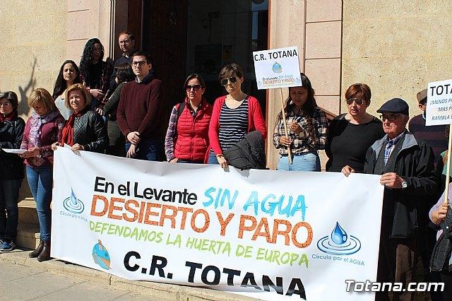 Cerca de 300 personas se concentran en la plaza de la Constitución para apoyar la manifestación de Madrid, Foto 2
