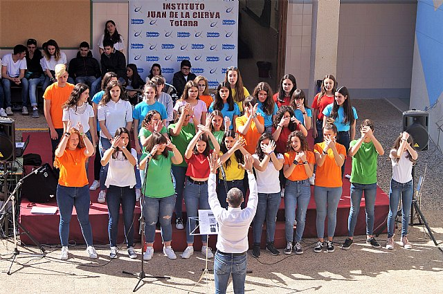 """Concierto del Coro y la Banda del IES """"Juan de la Cierva y Codorn�u"""" en la Semana Cultural del IES """"Antonio Hell�n"""" en Puerto de Mazarr�n, Foto 1"""