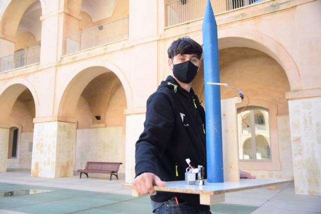 Un estudiante de Industriales lanza el prototipo a escala de un cohete diseñado por él en sus ratos libres - 1, Foto 1