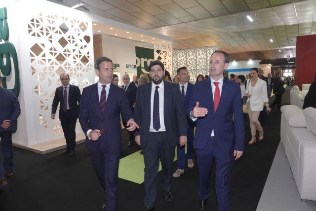 López Miras: El sector del mueble regional ha sabido reinventarse y se supera cada año en calidad, diseño e innovación - 2, Foto 2