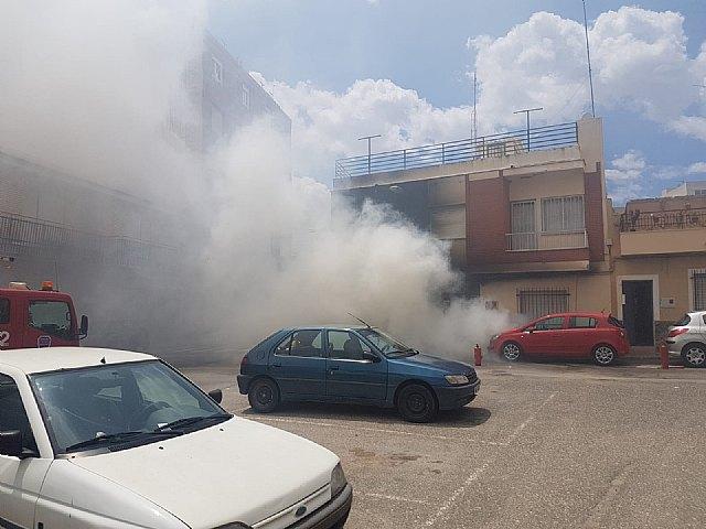 Bomberos y Sanitarios han acudido a sofocar un incendio de un vehículo afectando a una vivienda en Totana