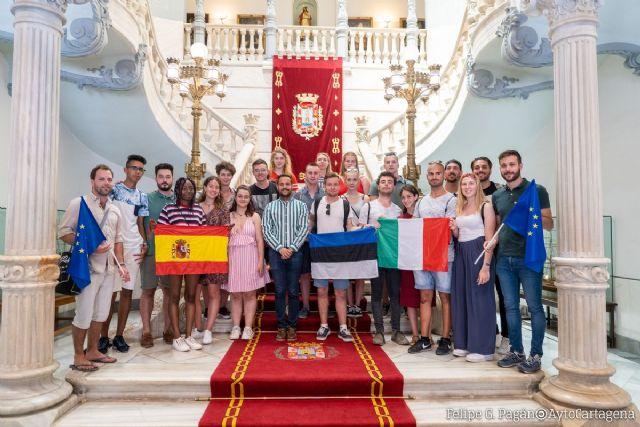 Una veintena de jóvenes de Italia, Estonia y España visitan el Palacio Consistorial - 1, Foto 1