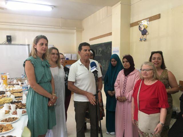 Una veintena de mujeres marroquíes reciben sus diplomas del curso de español impartido en el CEIP La Paz por voluntarios del Banco del Tiempo - 1, Foto 1