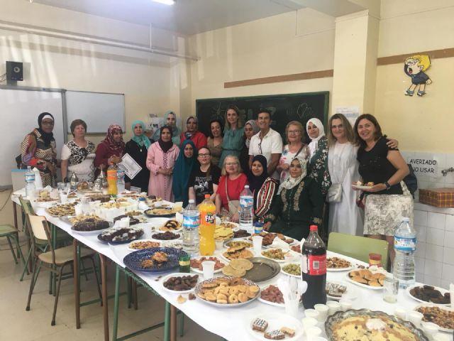 Una veintena de mujeres marroquíes reciben sus diplomas del curso de español impartido en el CEIP La Paz por voluntarios del Banco del Tiempo - 2, Foto 2