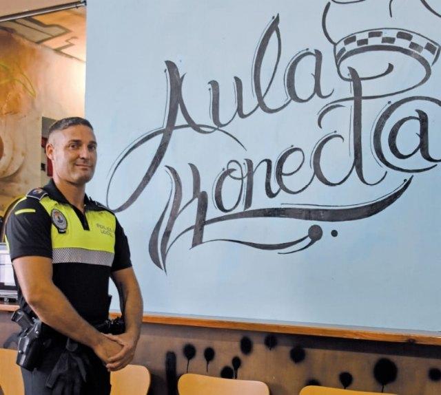 [El agente de la Policía Local, Alfonso Sánchez Martínez, galardonado con una de las Medallas Nacionales al Mérito Profesional que concede UNIJEPOL