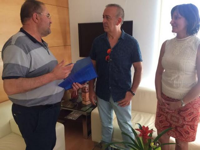 El equipo directivo del IES Juan de la Cierva hace entrega al alcalde de la memoria del Bachillerato Internacional del curso 2015/2016, Foto 1