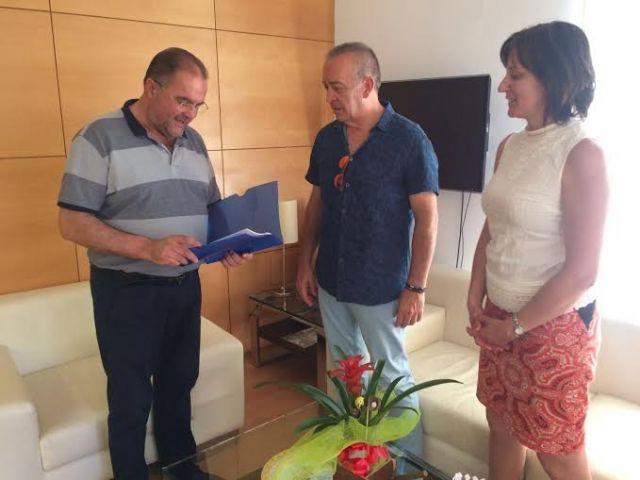 El equipo directivo del IES Juan de la Cierva hace entrega al alcalde de la memoria del Bachillerato Internacional del curso 2015/2016, Foto 2
