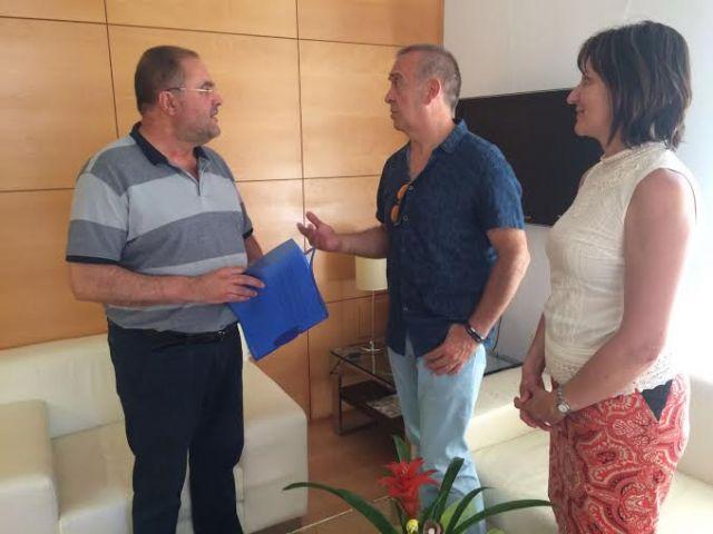 El equipo directivo del IES Juan de la Cierva hace entrega al alcalde de la memoria del Bachillerato Internacional del curso 2015/2016, Foto 3