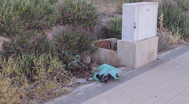 El PSOE de Totana se hace eco de las quejas vecinales por el estado de suciedad y abandono de los solares municipales, las zonas verdes y de ocio infantil, en la urbanización de
