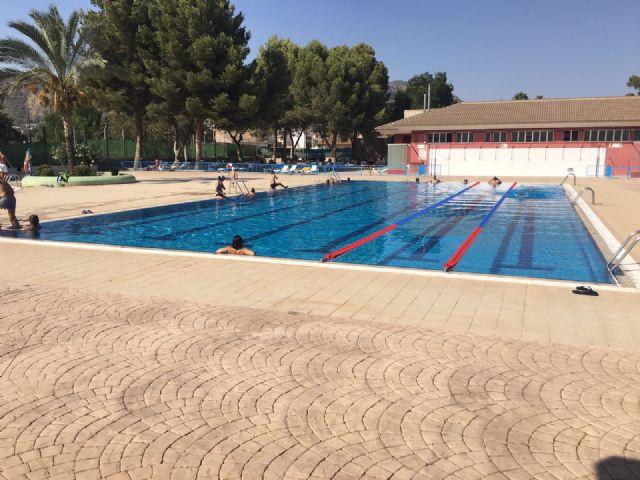 La piscina de verano, en plena actividad durante el mes de agosto, Foto 1