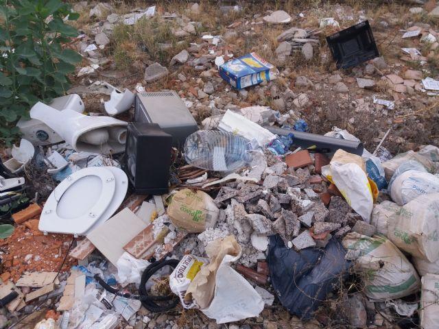 Policía Local advierte a dos individuos que vertían basura en la Rambla Celada, Foto 1