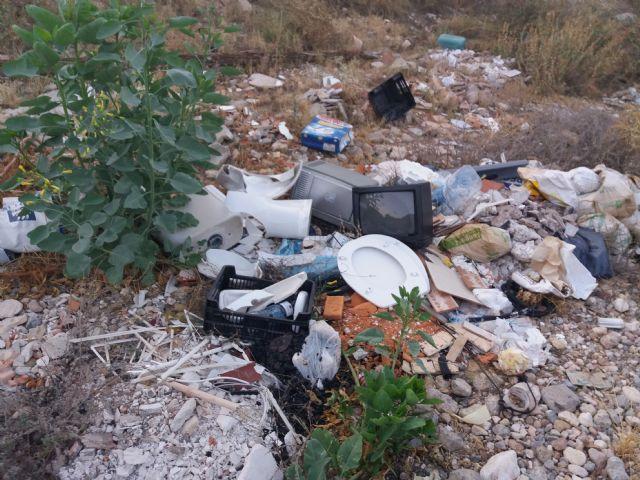 Policía Local advierte a dos individuos que vertían basura en la Rambla Celada, Foto 2