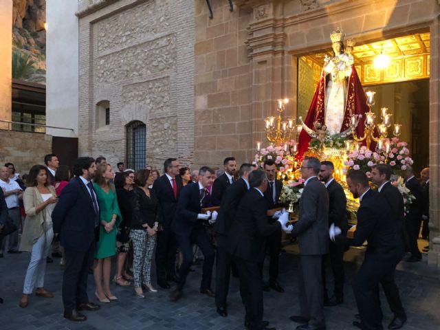 López Miras asiste en Alhama de Murcia a la procesión en honor a la Virgen del Rosario, Foto 1