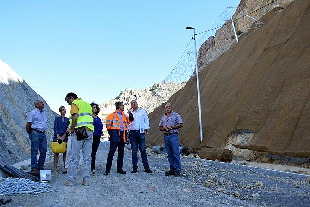 Instalan mallas para proteger los taludes de la carretera regional que une Abarán con Blanca - 1, Foto 1