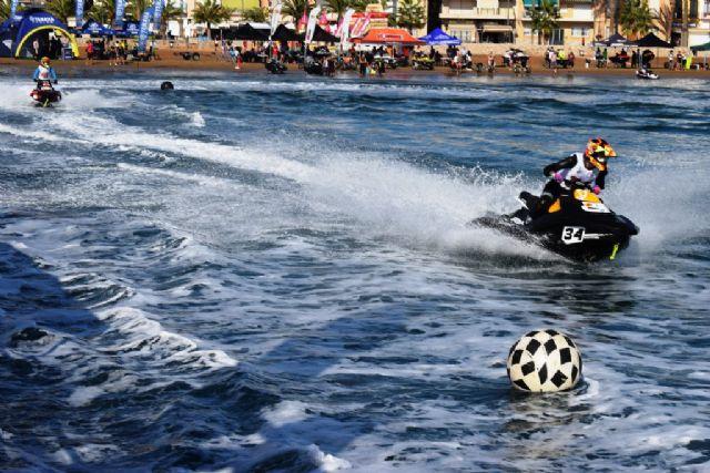 Las Motos de Agua y el Flyski hacen las delicias de cientos de personas que disfrutan de la Copa del Rey, Foto 1