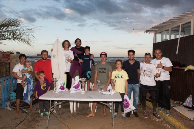 Una treinta de surfistas compiten en la sexta edición del campeonato de surf junior en aguas de la playa de Bahía, Foto 1