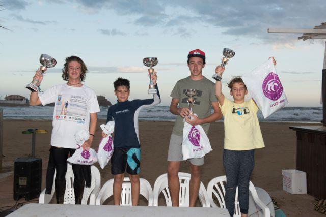 Una treinta de surfistas compiten en la sexta edición del campeonato de surf junior en aguas de la playa de Bahía, Foto 2