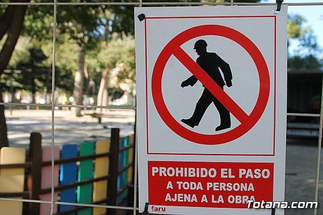 Comienzan las obras de mejora del área de juegos infantiles del parque municipal Marcos Ortiz, Foto 1