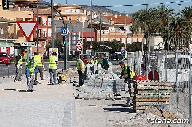 El alcalde y el concejal de Obras e Infraestructuras visitan las obras de la acera de un tramo de la avenida Juan Carlos I, Foto 1