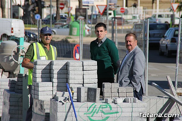 El alcalde y el concejal de Obras e Infraestructuras visitan las obras de la acera de un tramo de la avenida Juan Carlos I, Foto 2