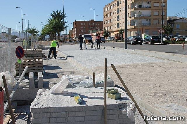 El alcalde y el concejal de Obras e Infraestructuras visitan las obras de la acera de un tramo de la avenida Juan Carlos I, Foto 3