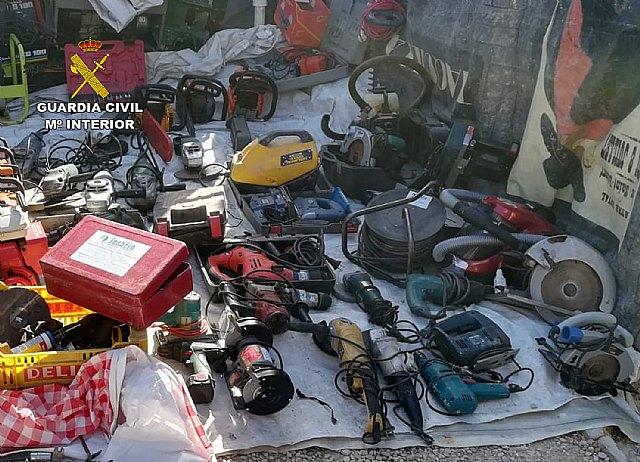 La Guardia Civil sorprende a una persona vendiendo un centenar de objetos supuestamente sustraídos - 1, Foto 1