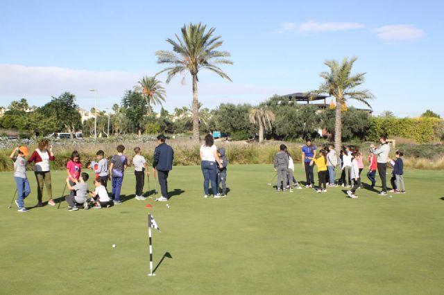 """Alumnos del colegio """"Joaquín Carrión"""" de San Javier se inician en el golf - 3, Foto 3"""