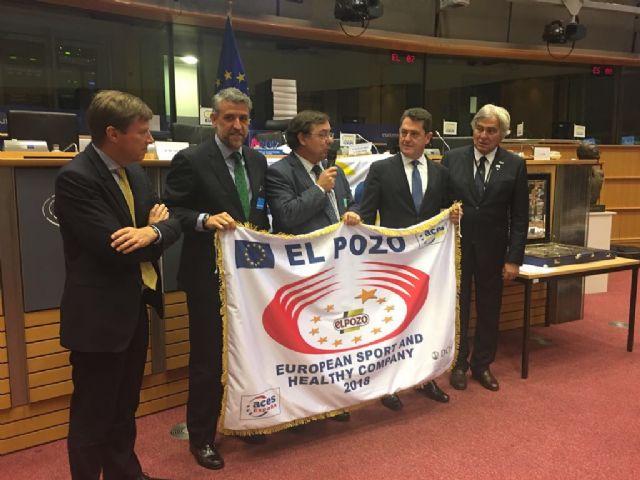 ELPOZO ALIMENTACIÓN recoge la bandera que la acredita como Empresa Europea del Deporte y la Salud, Foto 1