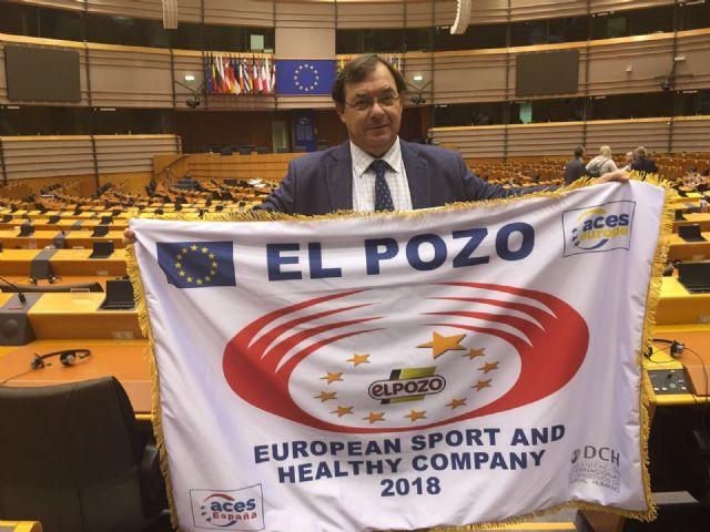 ELPOZO ALIMENTACIÓN recoge la bandera que la acredita como Empresa Europea del Deporte y la Salud, Foto 2