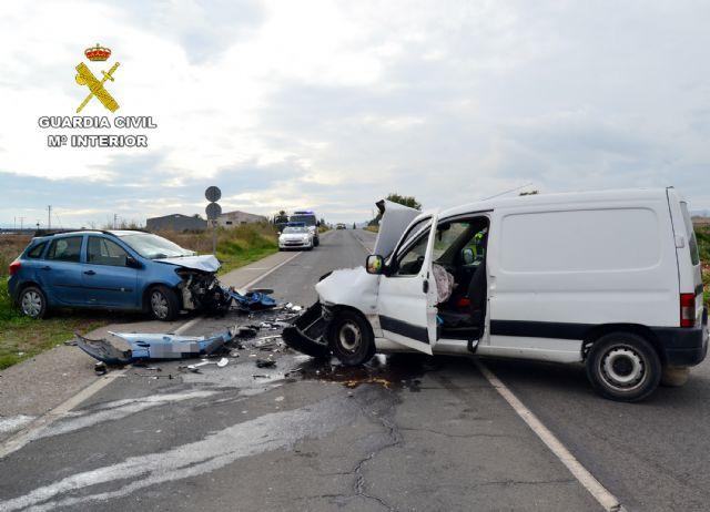 La Guardia Civil investiga al conductor de un vehículo que se dio a la fuga después de ocasionar un accidente con dos heridos en la N-340, Foto 2