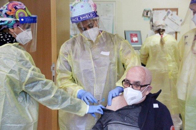Dionisio Sánchez, primer vacunado en Alhama contra la Covid-19, Foto 1