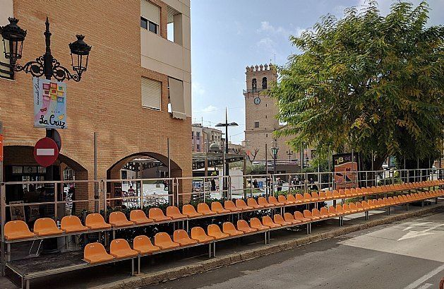 The Federation of Peñas de Carnaval gives the management of the stands to witness the parades of February 10 and 17 on Puente Street - 1