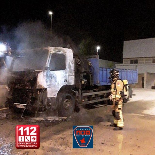 Incendio de un camión estacionado en el parking de una nave industrial en Ceutí - 1, Foto 1