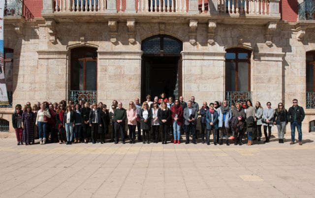 Manifiesto por la igualdad en la plaza del ayuntamiento de Mazarrón, Foto 1
