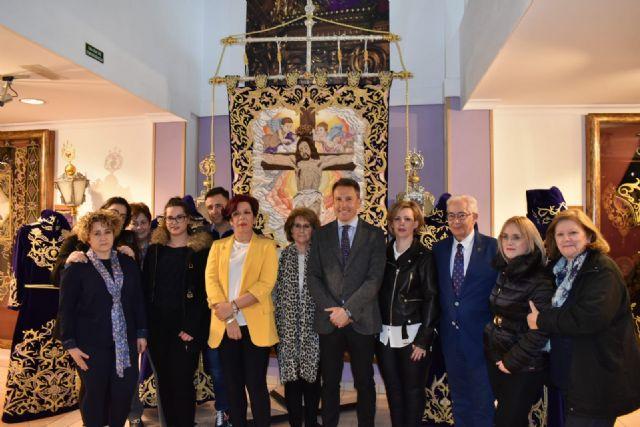 El Paso Morado presenta el nuevo conjunto de bordados del Cristo de la Misericordia, cuyo estandarte ha requerido el trabajo de 9 bordadoras durante 2 años y 55 días - 1, Foto 1