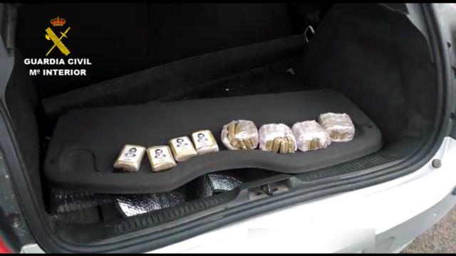 La Guardia Civil detiene a un conductor con cerca un kilo y medio de polen de hachís oculto en el vehículo - 2, Foto 2