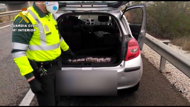 La Guardia Civil detiene a un conductor con cerca un kilo y medio de polen de hachís oculto en el vehículo - 3, Foto 3