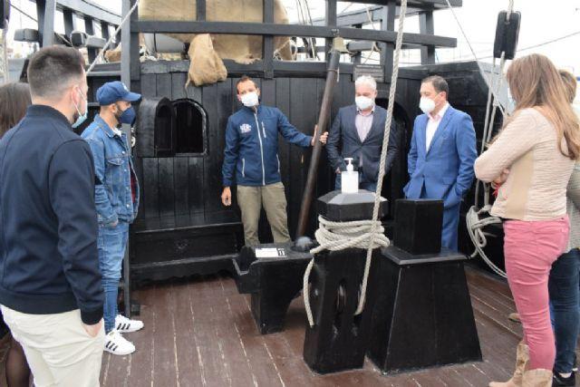 La Nao Victoria recibe la visita del alcalde y los ediles del equipo de gobierno, Foto 2