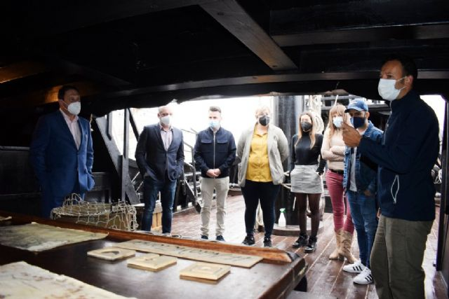 La Nao Victoria recibe la visita del alcalde y los ediles del equipo de gobierno, Foto 3