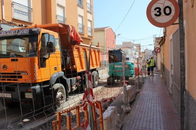 Las obras de renovación de la red de agua potable y alcantarillado de la calle Teniente Pérez Redondo se prolongarán durante todo el verano - 1, Foto 1