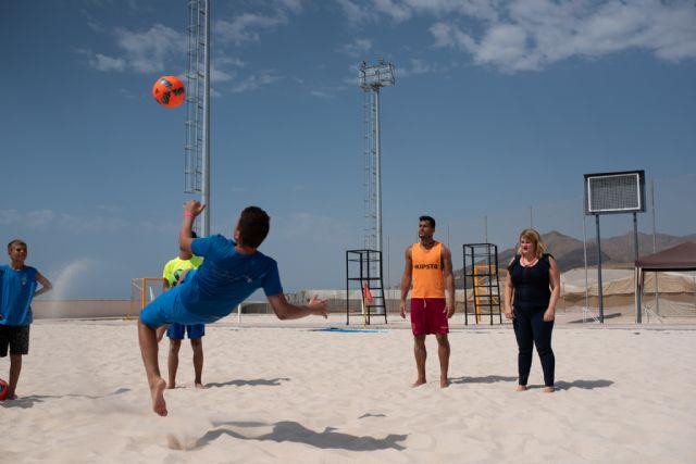 27 niños se inician en el fútbol playa durante el campus que organiza el jugador de la selección española Chiky Ardil, Foto 1