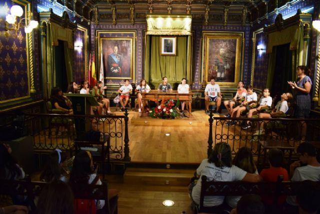 Jóvenes de Cruz Roja aprenden sobre el ayuntamiento y debaten temas de actualidad en el salón de plenos, Foto 1
