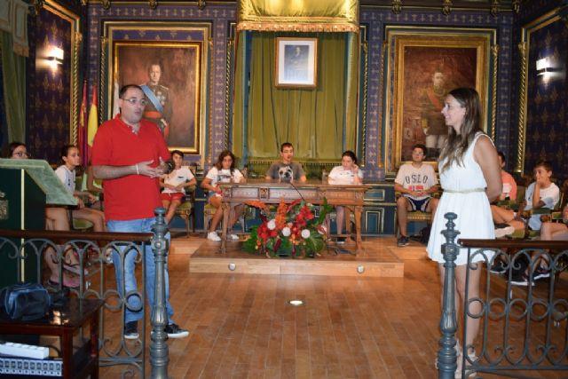 Jóvenes de Cruz Roja aprenden sobre el ayuntamiento y debaten temas de actualidad en el salón de plenos, Foto 2