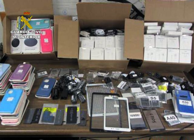 La Guardia Civil se incauta de más de 300 accesorios para teléfonos móviles falsificados en un comercio de Lorca - 1, Foto 1