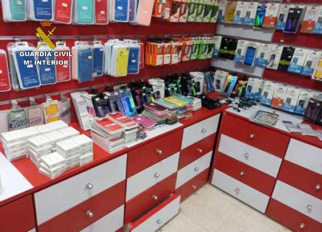 La Guardia Civil se incauta de más de 300 accesorios para teléfonos móviles falsificados en un comercio de Lorca - 2, Foto 2